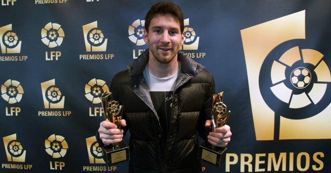 El argentino Leo Messi cos sus premios como mejor jugador y mejor delantero de la Primera División de España.