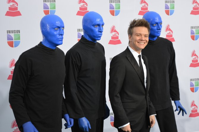 Michel Telo y los del Blue Man Group.