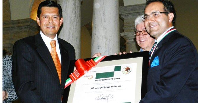 RIESGO. El doctor Alfredo Quiñones (der.) recibe el premio Ohtli de manos del cónsul de México Aníbal Gómez Toledo, en octubre.