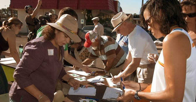 Voluntarios de origen hispano durante el proceso electoral en los Estados Unidos.