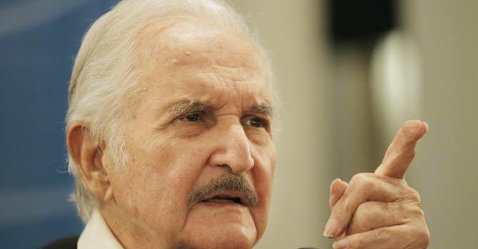 El escritor mexicano Carlos Fuentes brinda una rueda de prensa el 1 de mayo de 2012 en un evento de la Feria Internacional del Libro de Buenos Aires.