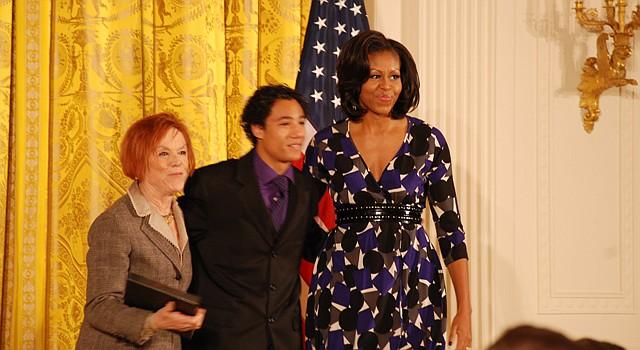 La primera dama Michelle Obama (der.) con Christian Sánchez del programa Paso Nuevo del Teatro GALA en DC, y la directora de GALA, Rebecca Medrano. El Teatro GALA es uno de los que concursa por los fondos de preservación histórica. Se ubica en el legendario Tivoli Theater.