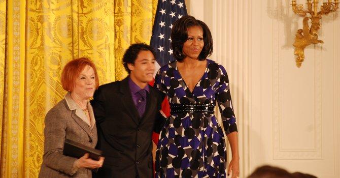 Primera dama galardona a programa juvenil latino de DC