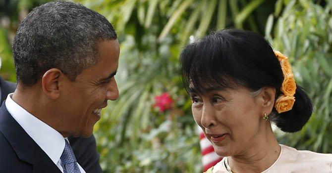 El presidente Barack conversa con la líder de la oposición birmana Aung San Suu Kyi a su llegada a la casa de la Premio Nobel de la Paz.