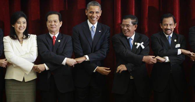 De izq. a der. la primera ministra de Tailandia, Yingluck Shinawatra, su homólogo de Vietnam Nguyen Tan Dung, el presidente Barack Obama, el primer ministro de Camboya, Hun Sen y el sultán de Brunei Hassanal Bolkiah.