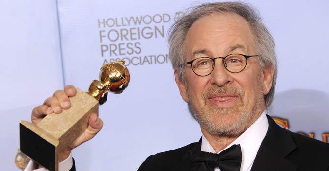 """El director estadounidense Steven Spielberg posa con su premio a Mejor Película Animada por """"The Adventures of Tintin en enero de 2012."""