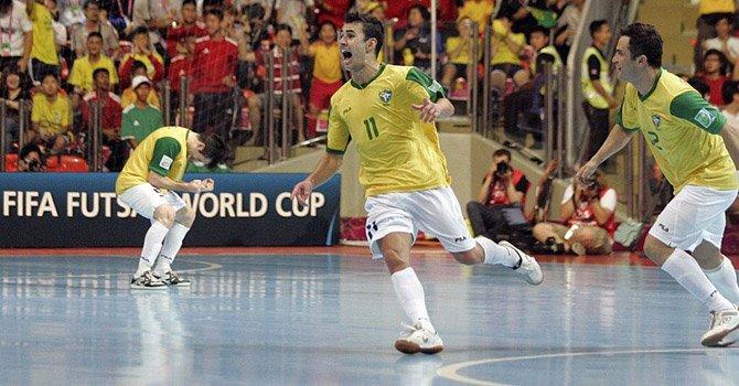 El jugador de la selección de Brasil, Neto (centro), celebra un gol marcado ante el combinado español, durante la final del Mundial de fútbol sala  en Tailandia, el domingo 18 de noviembre.