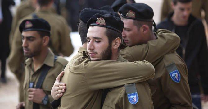 Compañeros del soldado israelí Yosef Nachman Partok, asesinado en una explosión por los palestinos de Gaza, asisten a su funeral en Jerusalén, Israel hoy, miércoles 21 de noviembre.