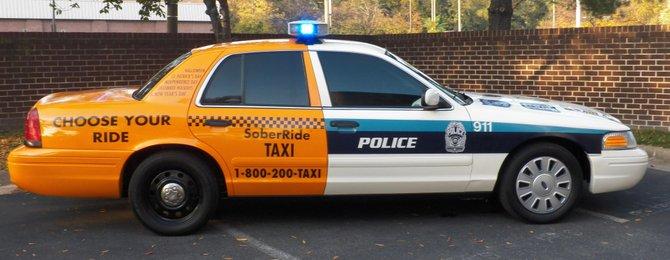"""Con el innovador """"taxi patrulla"""" se busca concientizar a los conductores para que no manejen si han bebido alcohol."""