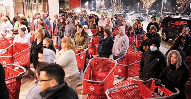 MADRUGADA. Largas filas a la espera de mejores precios y de premios especiales para los que llegan temprano.