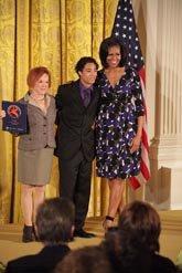 La primera dama Michelle Obama con Christian Sánchez y Rebeca Medrano del Teatro Hispano GALA en el National Arts and Humanities Youth Program Award 2012. El GALA es uno de los que concursa por los fondos de preservación.