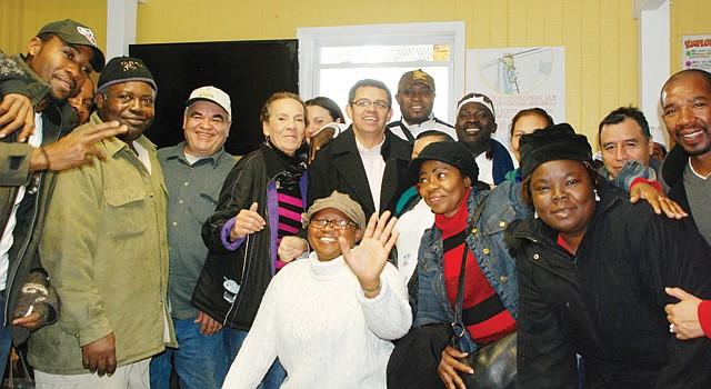 FIESTA. Gustavo Torres (centro), director de CASA de Maryland y jornaleros, el 20.