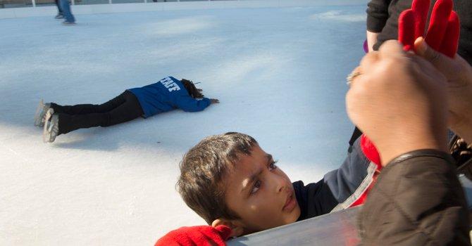 PATINAN. Niños y adultos se dieron cita para la apertura de la pista de patinaje en hielo en Canal Park, el 16.