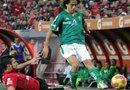 El jugador de Xolos de Tijuana Javier Gandolfi (abajo) disputa el balón con Matias Brito (d) de León durante el partido de vuelta por la semifinal del Torneo Apertura 2012 realizado en el estadio Caliente de la ciudad de Tijuana (México).