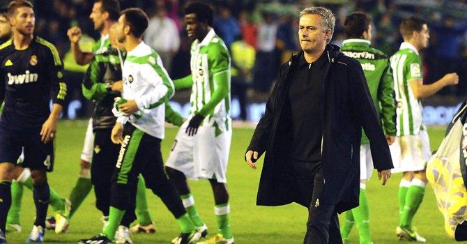 El entrenador del Real Madrid, José Mourinho, después del partido contra el Betis en el estadio Benito Villamarín, en Sevilla, el sábado 24 de noviembre.