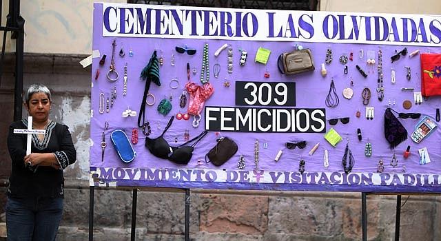 Una mujer frente a un recordatorio en Tegucigalpa, Honduras, de los crímenes contra la mujer.