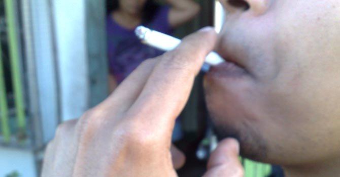 Universidad en DC prohibiría fumar en campus