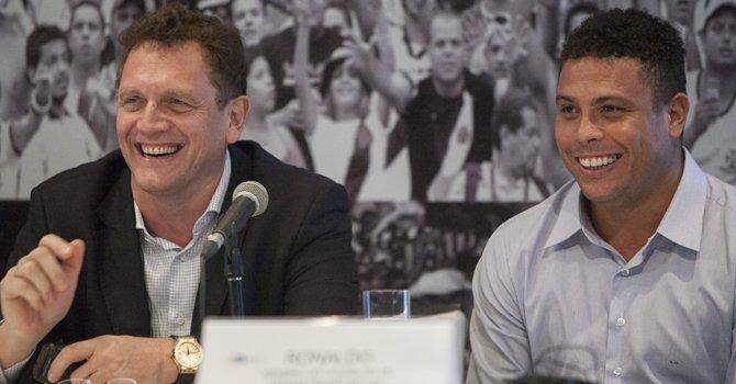 El secretario general de la FIFA, Jerome Valcke (izq.), y el exfubolista Ronaldo en rueda de prensa el 26 de noviembre en Río de Janeiro donde reiteraron la confianza en que se concluyan a tiempo las obras del estadio Maracaná.