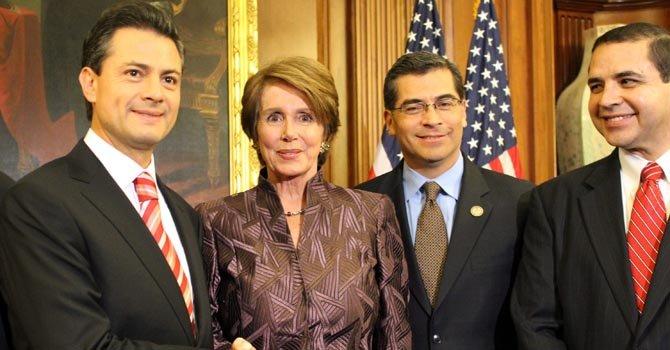 Nancy Pelosi junto a Enrique Peña Nieto en el Congreso, el martes 27 de noviembre.