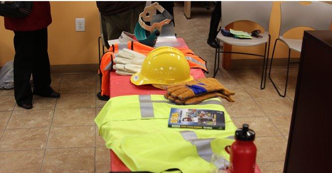 Algunos elementos que los trabajadores deben usar para protección.