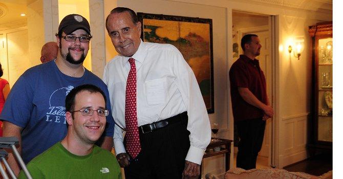 Bob Dole en julio de 2011 con veteranos de guerra, en DC.