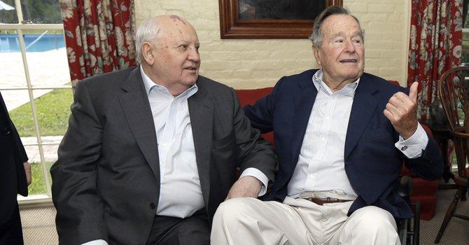 George Bush padre internado por bronquitis