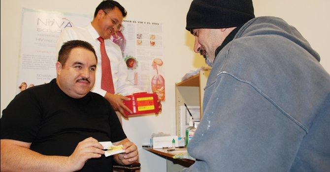 EXAMEN. Ignacio Aguirre muestra un kit de prueba a un cliente en NOVA Salud, el martes 27. Atrás Hugo Delgado.