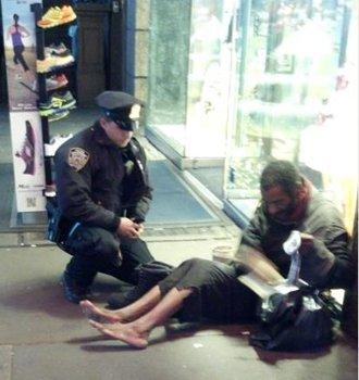 La fotografía que ha causado sensación en Facebook. Un oficial regala botas y medias a un indigente en NY.
