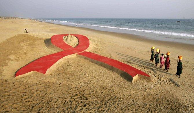 En la India, construyeron el símbolo del VIH, la popular cinta roja, en distintas partes del país.