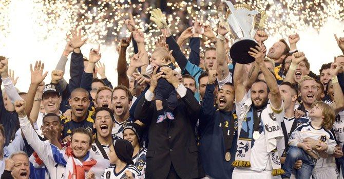 Los Angeles Galaxy celebra el bicampeonato alzando la Copa MLS 2012 en su sede del Home Depot Center de Carson, California, el sábado 1 de diciembre.