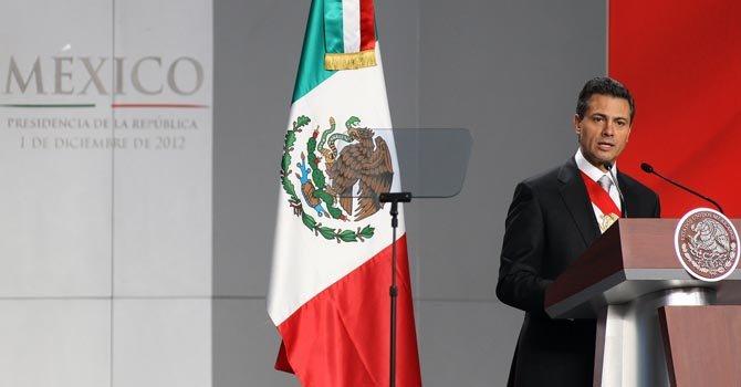 Peña Nieto jura en medio de episodios violentos
