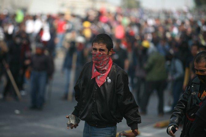 Jóvenes del movimiento Soy 132 se enfrentaron con la policía al protestar contra el nuevo presidente.