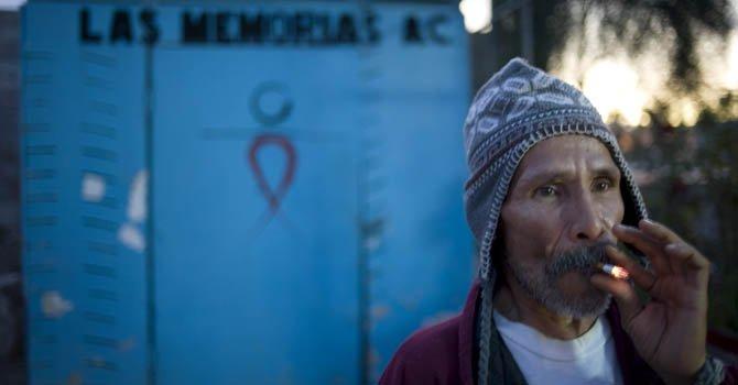 Un hombre de 53 años con VIH fumando un cigarrillo en el albergue Las Memorias de la ciudad de Tijuana México, el único de Baja California para tratar a este tipo de pacientes.