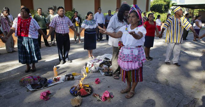Indígenas participan de un ritual el lunes 3 de diciembre previo a la inauguración del Taller Centroamericano sobre Cambio Climático y Recursos Naturales en Pueblos y Comunidades Indígenas, en San Salvador.