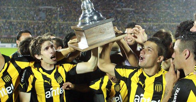 Los jugadores de Peñarol levantan la Copa en el estadio Centenario de Montevideo, el domingo 2 de diciembre.