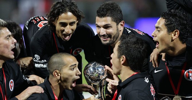 Jugadores de Tijuana celebran tras conseguir el título del fútbol mexicano ante el Toluca, en el estadio Nemesio Díez de Toluca, el domingo 2 de diciembre.