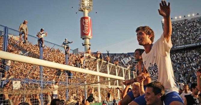 Jugadores de Vélez Sarsfield celebran el título logrado ante el Unión de Santa Fe el domingo 2 de diciembre en el estadio José Amalfitani de Vélez Sarsfield, Argentina.