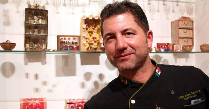 """El chef Miguel Angel Guerrero posa para una fotografía durante la presentación de su documental """"Expedición Baja""""  en el Museo Mingei del Parque Balboa, en San Diego."""