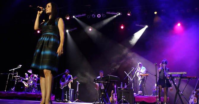 La cantautora mexicana Julieta Venegas (i) ofrece un concierto en La Habana, Cuba. Venegas reclamó el fin a la violencia contra las mujeres y las niñas en el mundo.