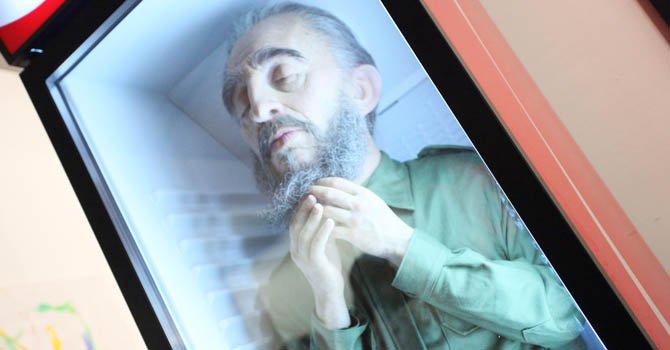 El artista Eugenio Merino exhibe su pieza de una estatua de Fidel Castro dentro de una nevera de gaseosas durante la apertura de las ferias Red Dot, Scope, Miami Project, Art Miami, Asia Art, Miami Solo y Context en el área de Midtown, Miami.