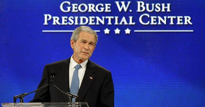 El ex presidente estadounidense George W. Bush toma la palabra durante un acto en el Centro Presidencial George W. Bush.