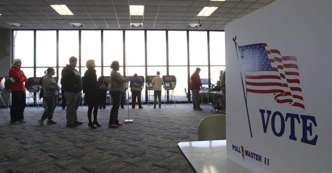 Varios votantes esperan su turno para ejercer su derecho al voto en un colegio electoral montado en el aeropuerto Dayton-Wright Brothers en Dayton, Ohio (Estados Unidos) el 6 de noviembre.