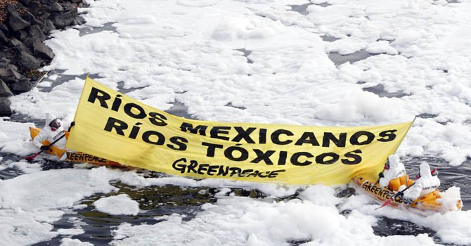Activistas de la organización ambientalista Greenpeace navegan abordo de unos kayaks la cascada de El Salto de Juanacatlán, México, uno de los más contaminados del país.