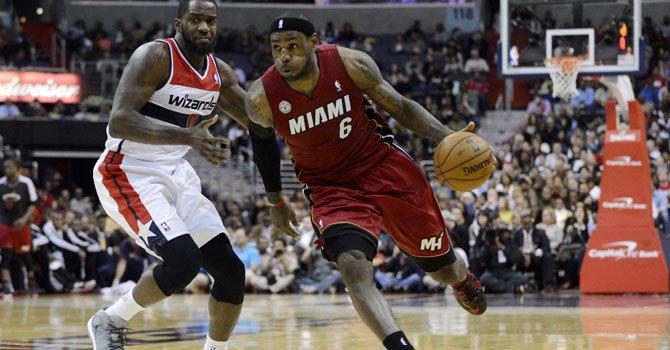 El jugador del Miami Heat, LeBron James (der.), se consolidó esta temporada como uno de los mejores jugadores del mundo en la actualidad.
