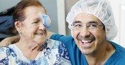 FELICES. El doctor Martinez con una paciente de transplante de cornea.