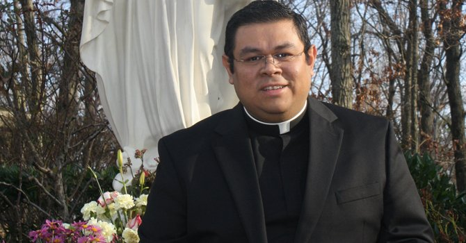 Padre salvadoreño lanza libro
