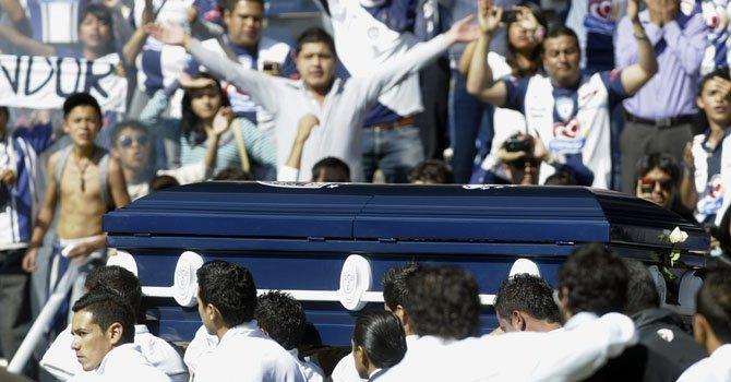Hinchas del Pachuca rinden un homenaje al fallecido portero colombiano Miguel Calero durante una misa en cuerpo presente en el Estadio Hidalgo, el miércoles 5.