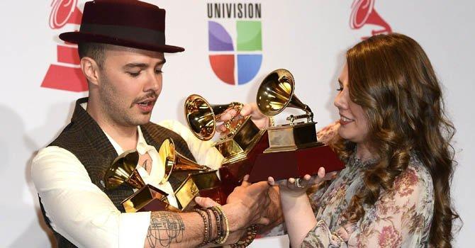 Los hermanos mexicanos Jesse & Joy posan con sus cuatro premios durante la decimotercera edición de los Premios Grammy Latino en Las Vegas el 15 de noviembre de 2012.