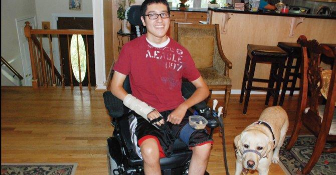 """MARYLAND. Luis """"Junior"""" Jovel, de 16 años en su casa de Clarksburg. El joven de 16 años quedó cuadripléjico a los 12 tras que un policía lo atropelló."""