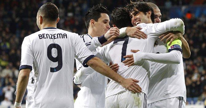 Los jugadores del Real Madrid festejan un gol del brasileño Kaká ante el Ajax durante el partido de la Champions, el martes 4 en el Santiago Bernabéu.